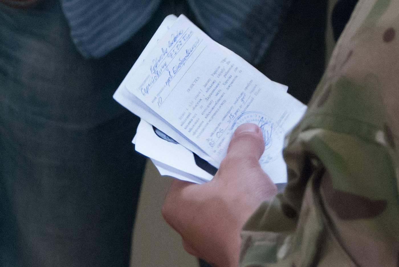 Как происходит вручение повестки в военкомат по закону
